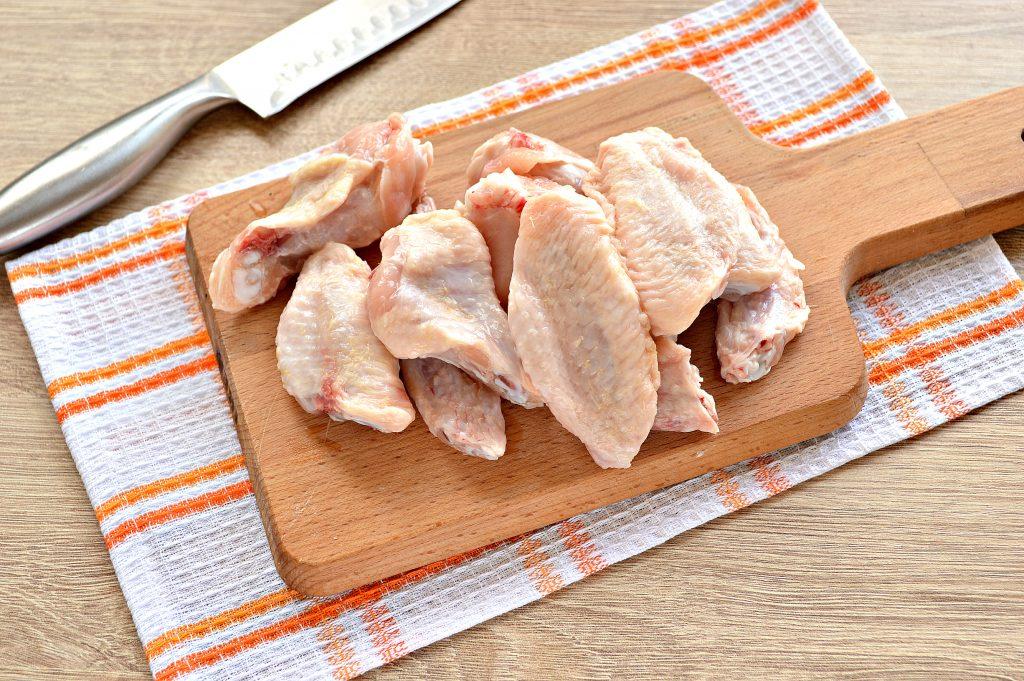 Фото рецепта - Куриные крылышки с гречкой и овощами - шаг 1