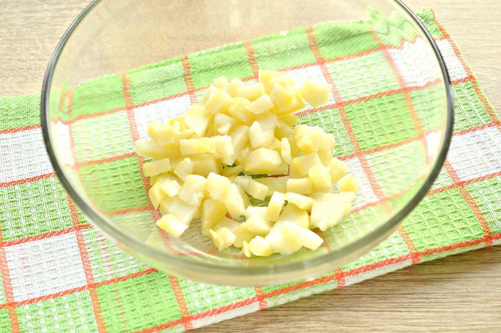 Фото рецепта - Простой картофельный салат с маринованными шампиньонами и горошком - шаг 1
