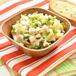 Простой картофельный салат с маринованными шампиньонами и горошком