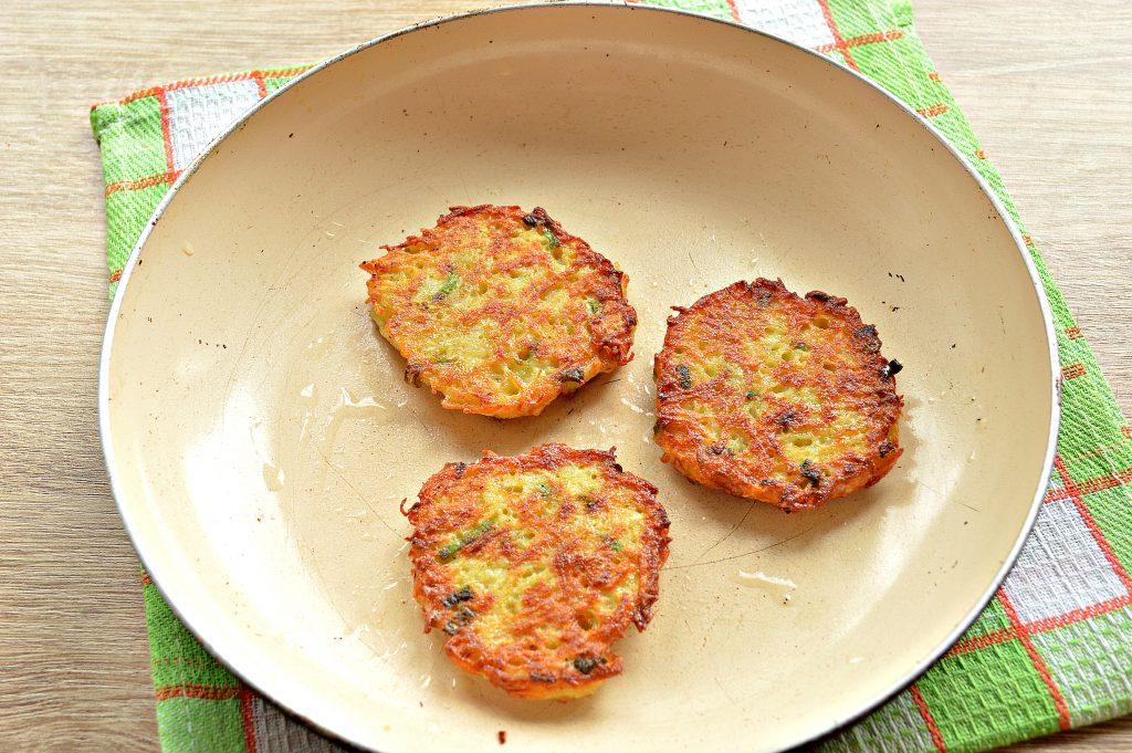 Фото рецепта - Картофельные драники с зеленью на сковороде - шаг 8