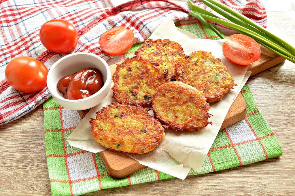 Фото рецепта - Картофельные драники с зеленью на сковороде - шаг 9