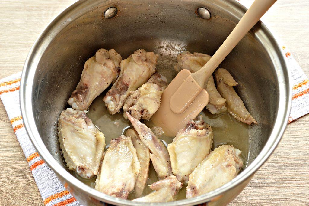 Фото рецепта - Куриные крылышки с гречкой и овощами - шаг 2