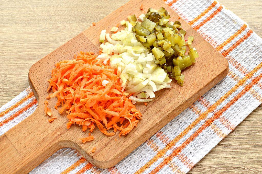 Фото рецепта - Подлива из говядины с соленым огурцом и овощами - шаг 2