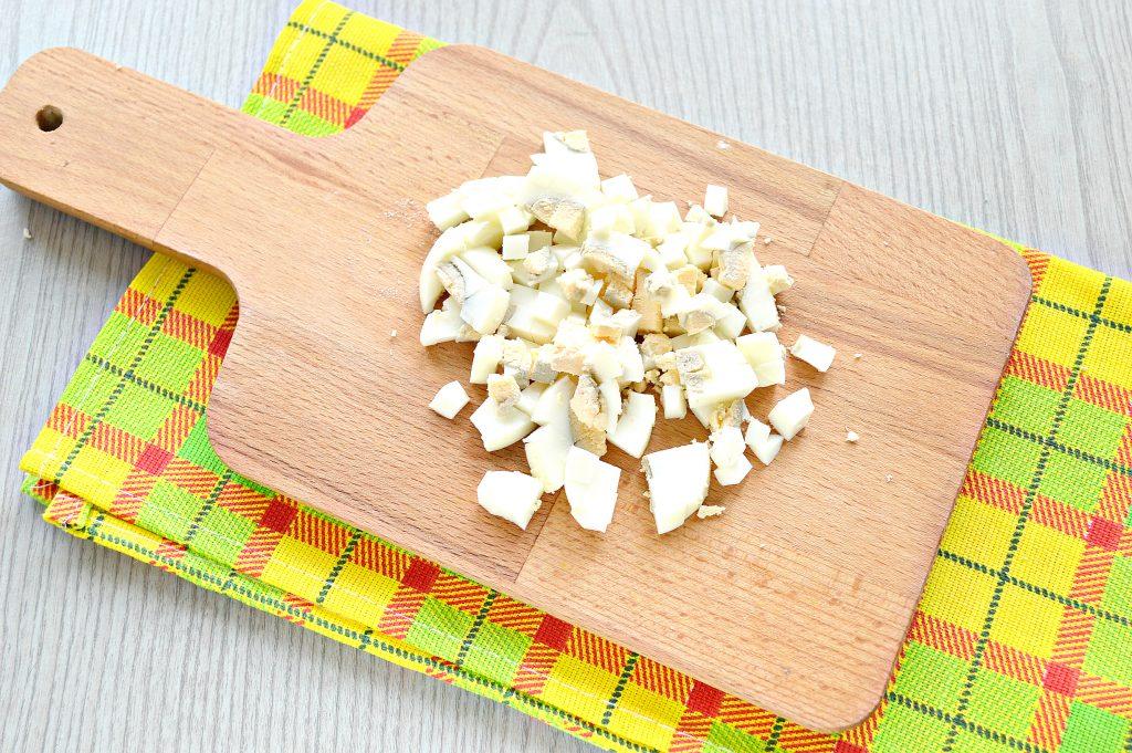 Фото рецепта - Салат с белой фасолью и сухариками - шаг 2