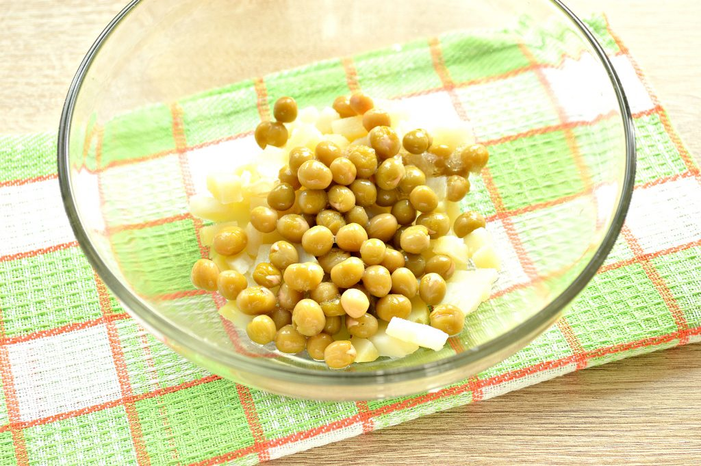 Фото рецепта - Простой картофельный салат с маринованными шампиньонами и горошком - шаг 2