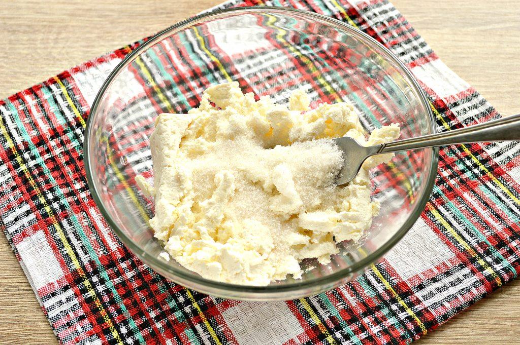 Фото рецепта - Дрожжевые плюшки с творогом, жареные на сковороде - шаг 2