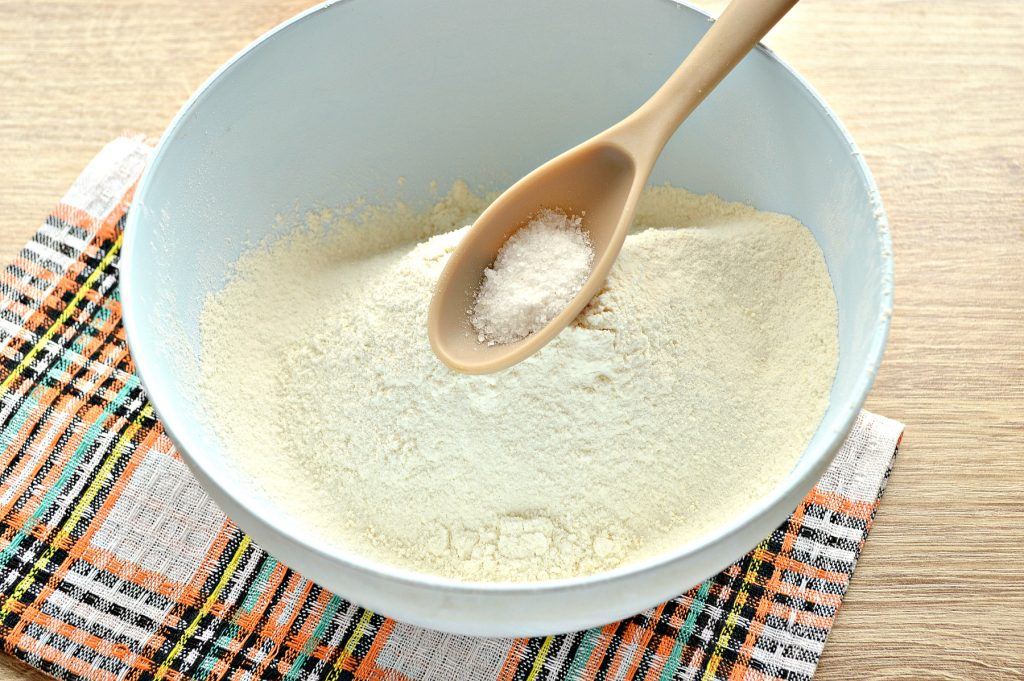 Фото рецепта - Быстрое тесто для пельменей и вареников на майонезе - шаг 2