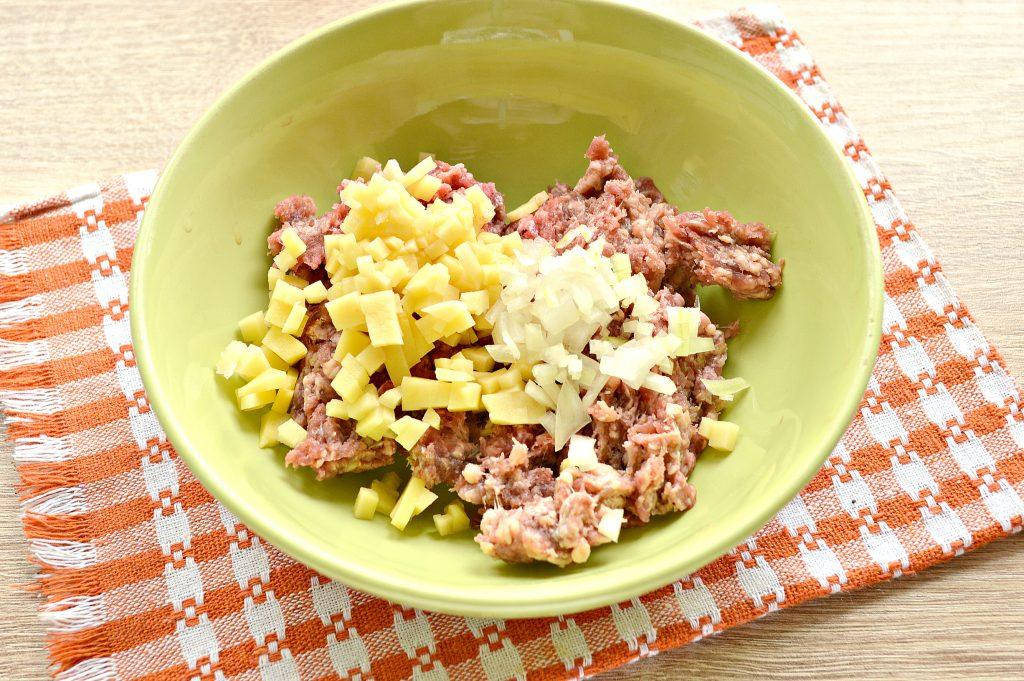 Фото рецепта - Манты с говядиной и картофелем - шаг 2