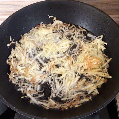 """Фото рецепта - Куриный салат """"Хрустик"""" с жареным картофелем и овощами - шаг 3"""