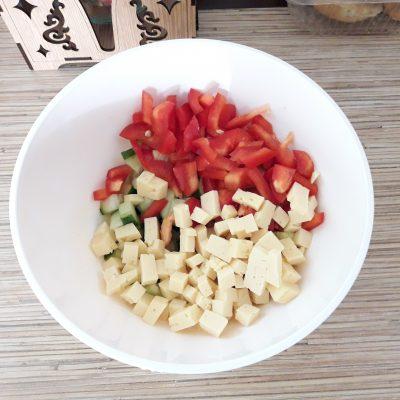 """Фото рецепта - Куриный салат """"Хрустик"""" с жареным картофелем и овощами - шаг 6"""