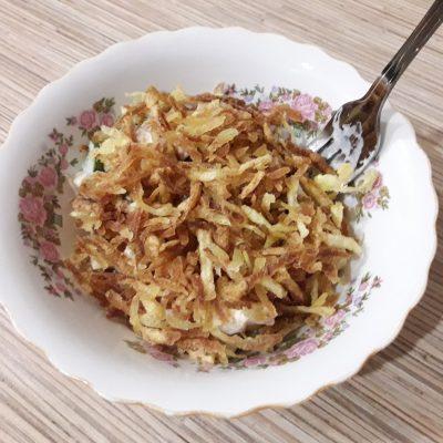 """Фото рецепта - Куриный салат """"Хрустик"""" с жареным картофелем и овощами - шаг 7"""