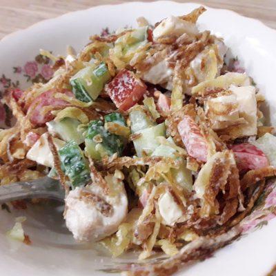 """Фото рецепта - Куриный салат """"Хрустик"""" с жареным картофелем и овощами - шаг 8"""