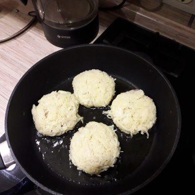 Фото рецепта - Картофельные котлеты, фаршированные с мясом - шаг 7