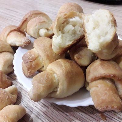 Фото рецепта - Дрожжевые рогалики с сахаром - шаг 11