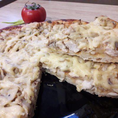 Фото рецепта - Дрожжевая пицца с курицей и грибами - шаг 10