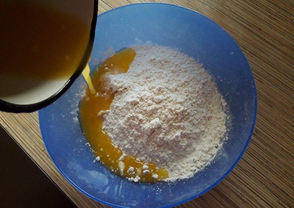 Фото рецепта - Пирог с повидлом на молоке - шаг 1