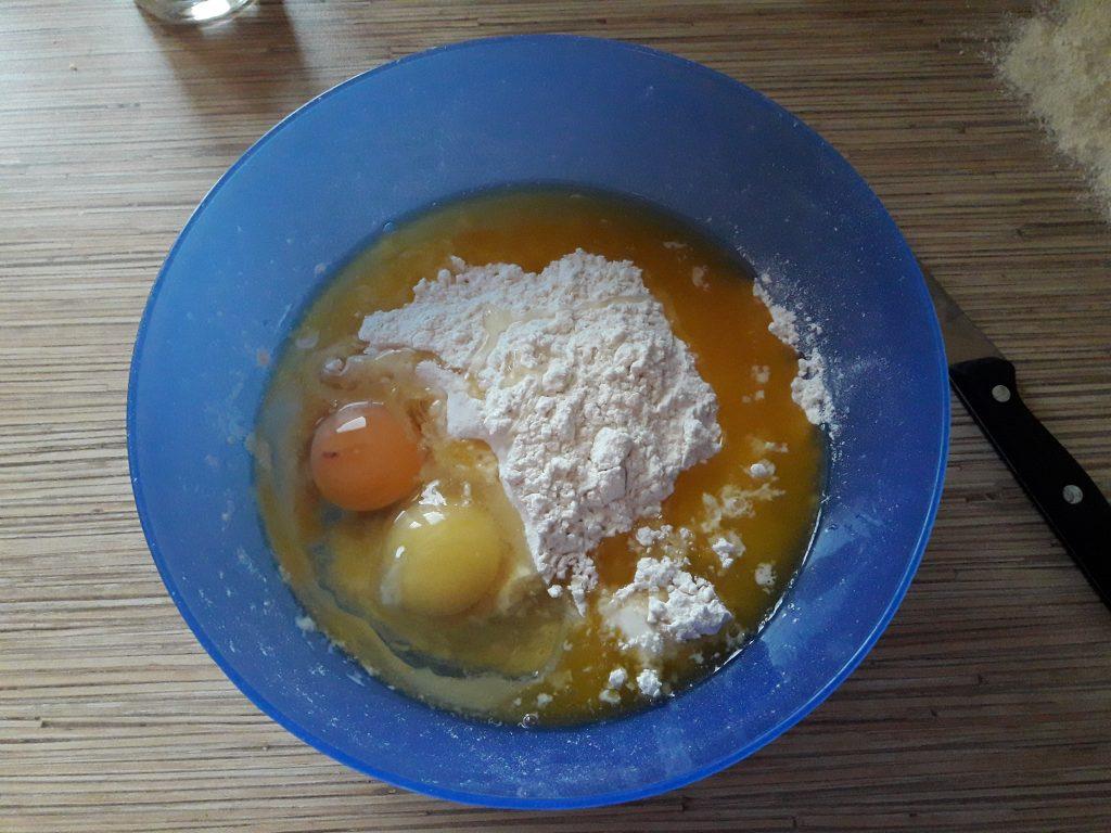 Фото рецепта - Пирог с повидлом на молоке - шаг 2