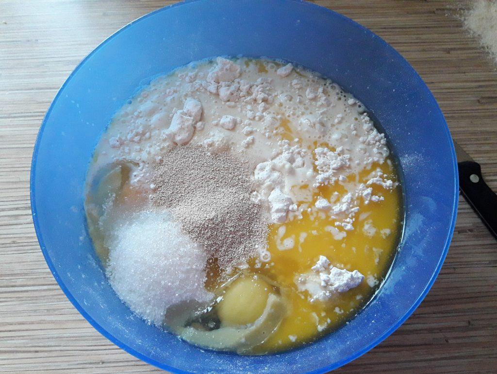 Фото рецепта - Пирог с повидлом на молоке - шаг 5