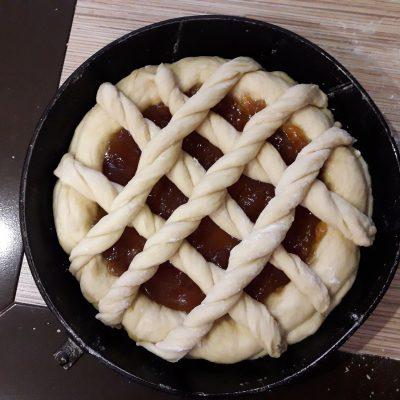 Фото рецепта - Пирог с повидлом на молоке - шаг 10