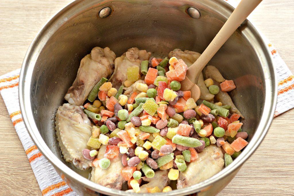 Фото рецепта - Куриные крылышки с гречкой и овощами - шаг 3