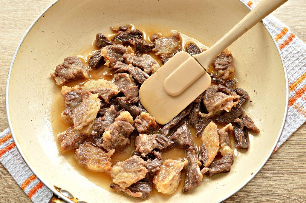 Фото рецепта - Подлива из говядины с соленым огурцом и овощами - шаг 3