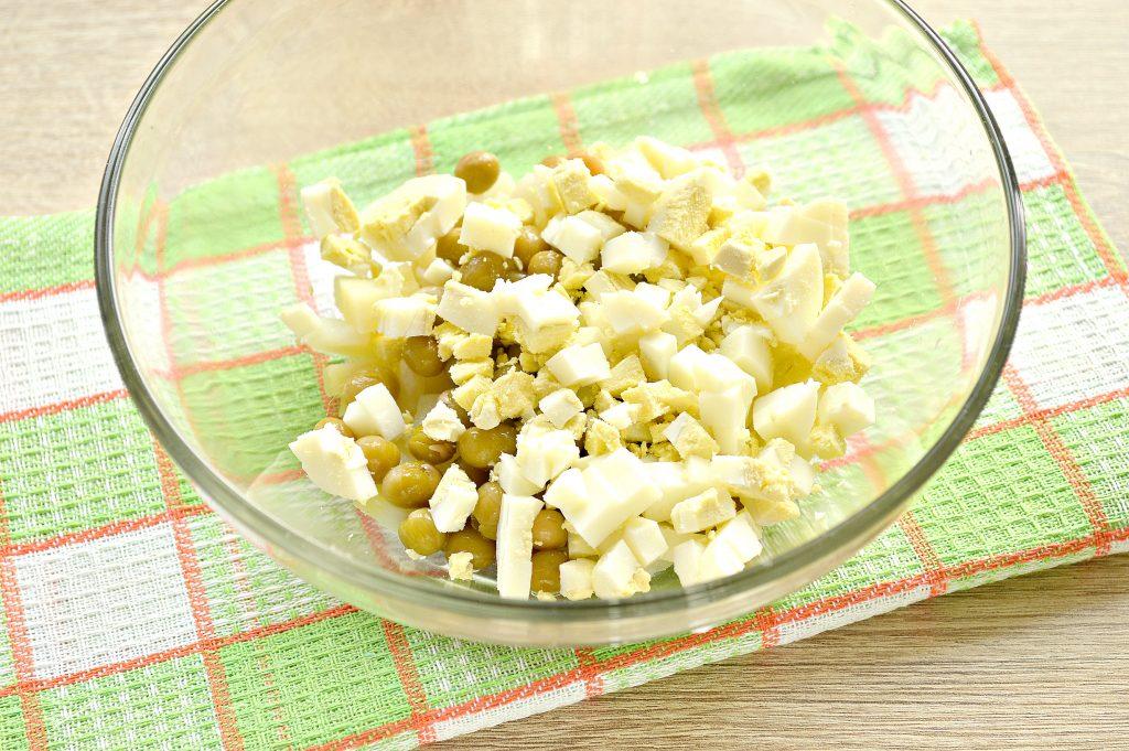 Фото рецепта - Простой картофельный салат с маринованными шампиньонами и горошком - шаг 3