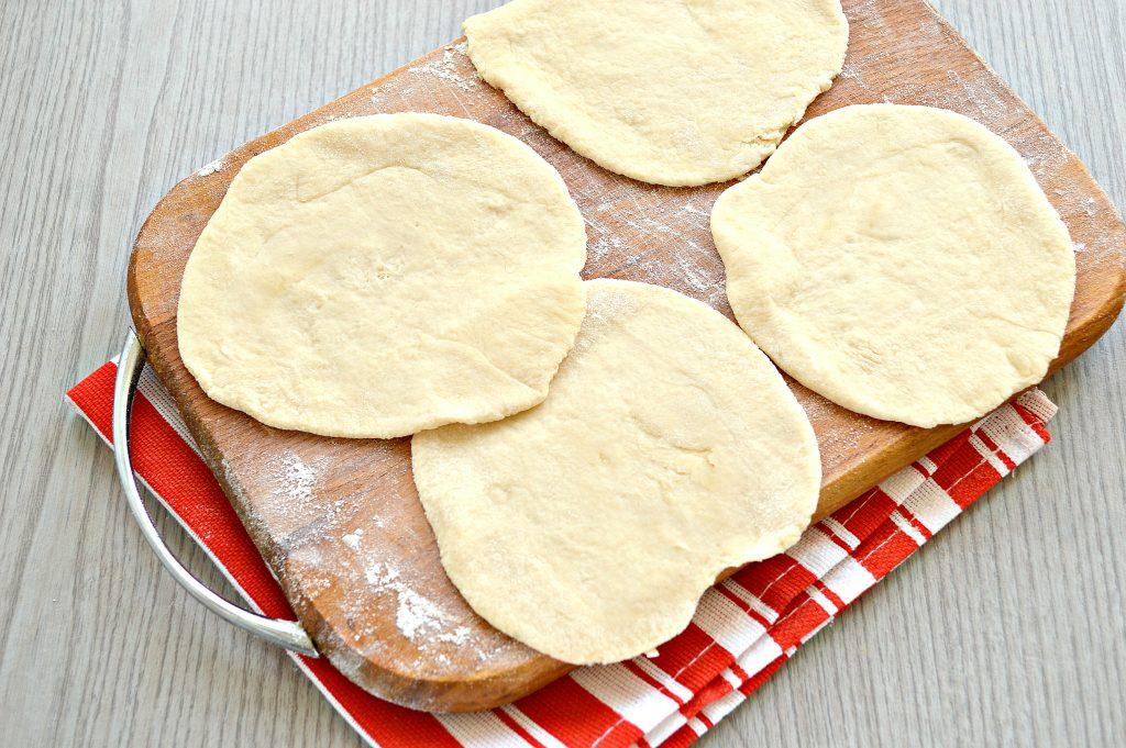 Фото рецепта - Дрожжевые пирожки с мясом на сковороде - шаг 4