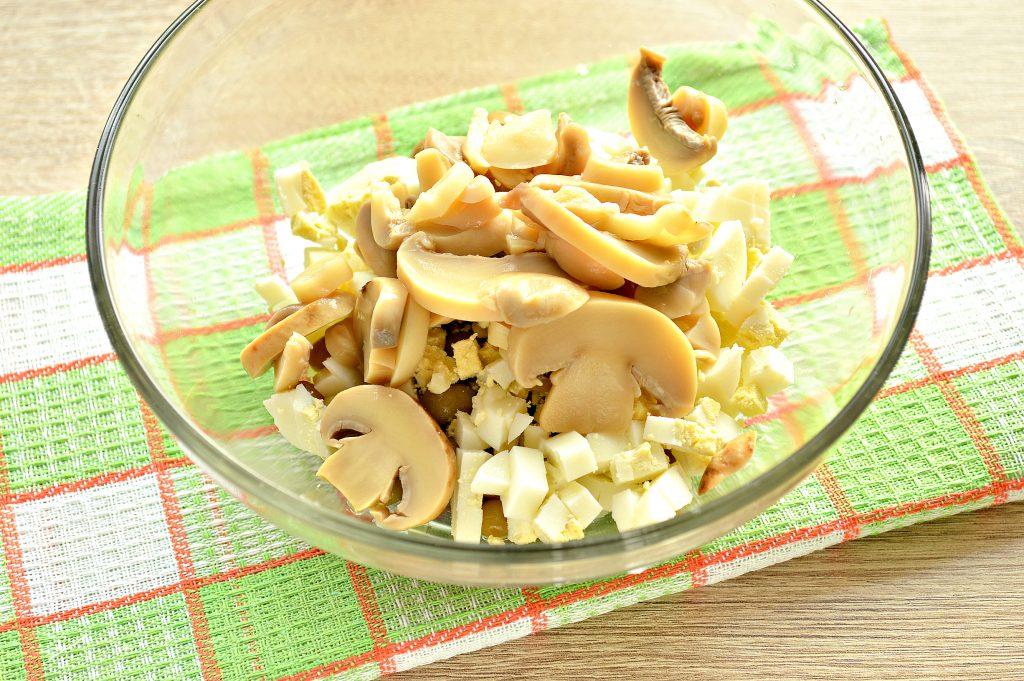 Фото рецепта - Простой картофельный салат с маринованными шампиньонами и горошком - шаг 4