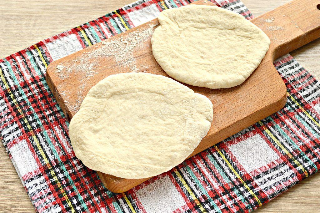 Фото рецепта - Дрожжевые плюшки с творогом, жареные на сковороде - шаг 4