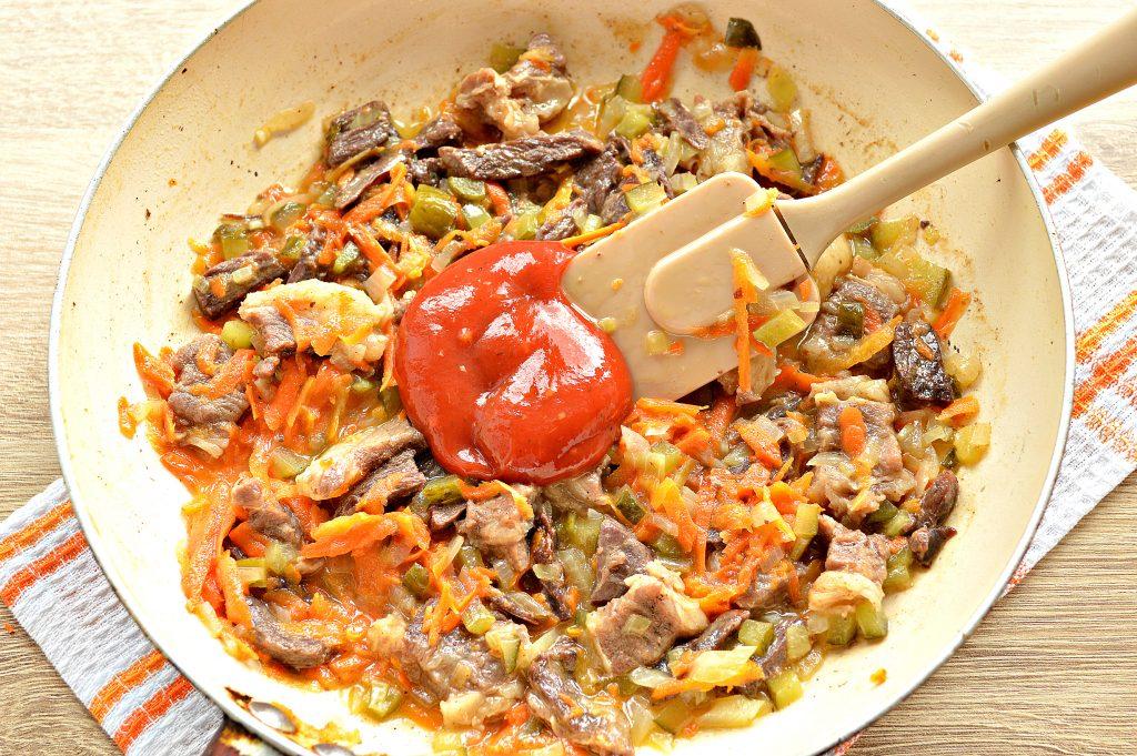 Фото рецепта - Подлива из говядины с соленым огурцом и овощами - шаг 5