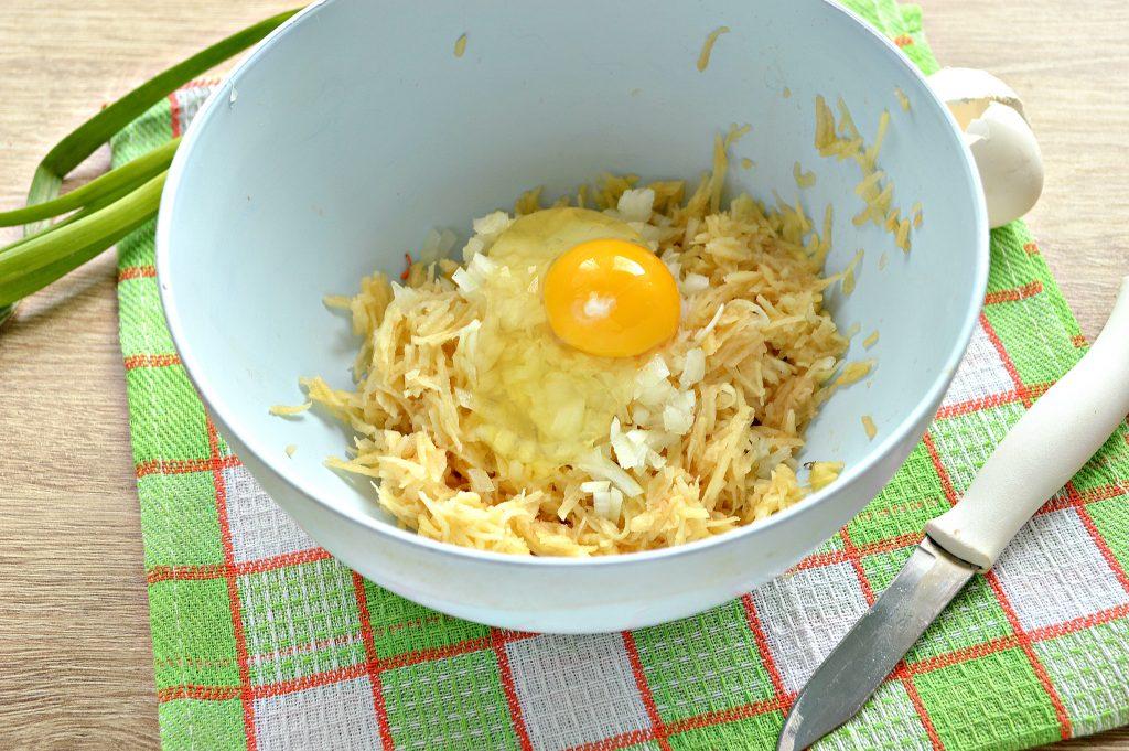 Фото рецепта - Картофельные драники с зеленью на сковороде - шаг 3