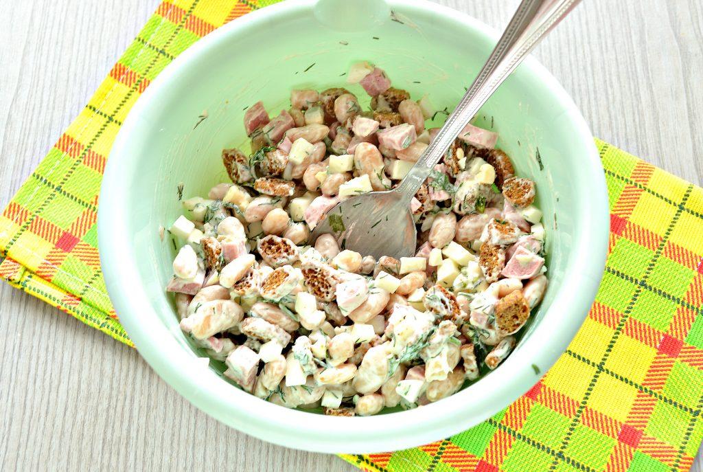 Фото рецепта - Салат с белой фасолью и сухариками - шаг 5
