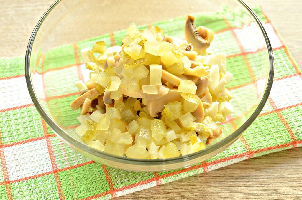 Фото рецепта - Простой картофельный салат с маринованными шампиньонами и горошком - шаг 5