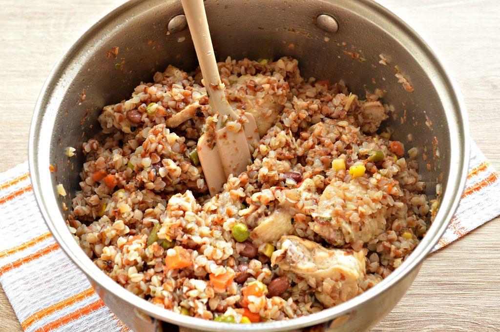 Фото рецепта - Куриные крылышки с гречкой и овощами - шаг 6
