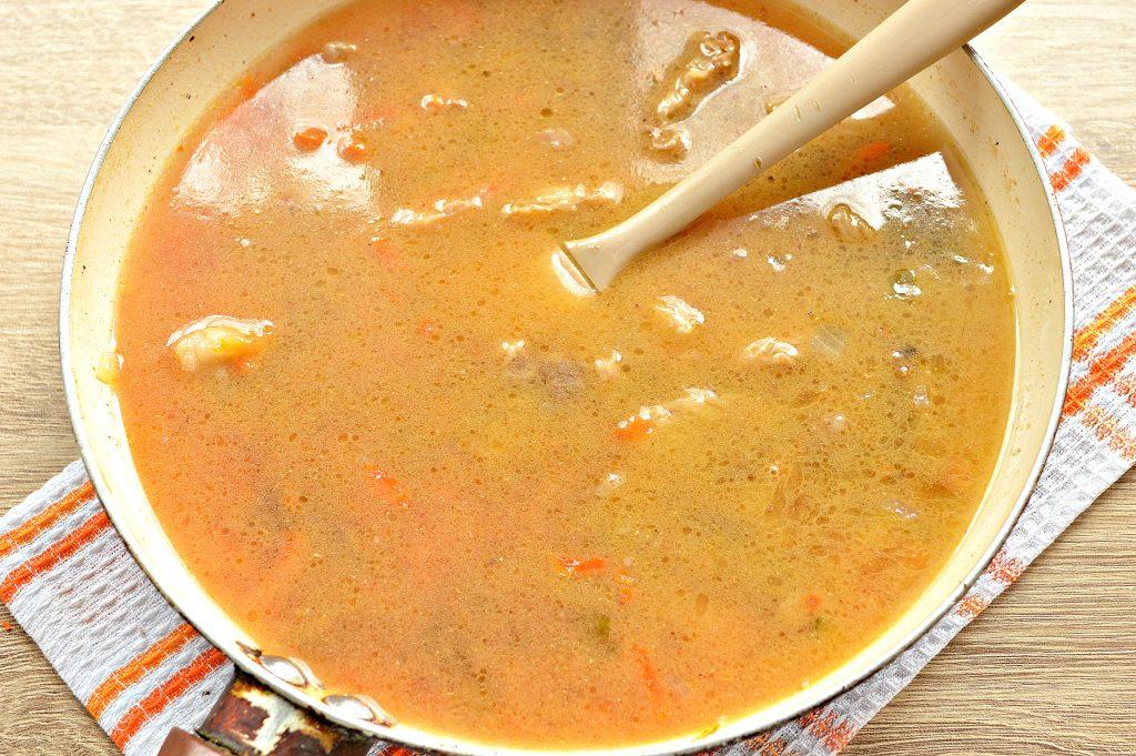 Фото рецепта - Подлива из говядины с соленым огурцом и овощами - шаг 6
