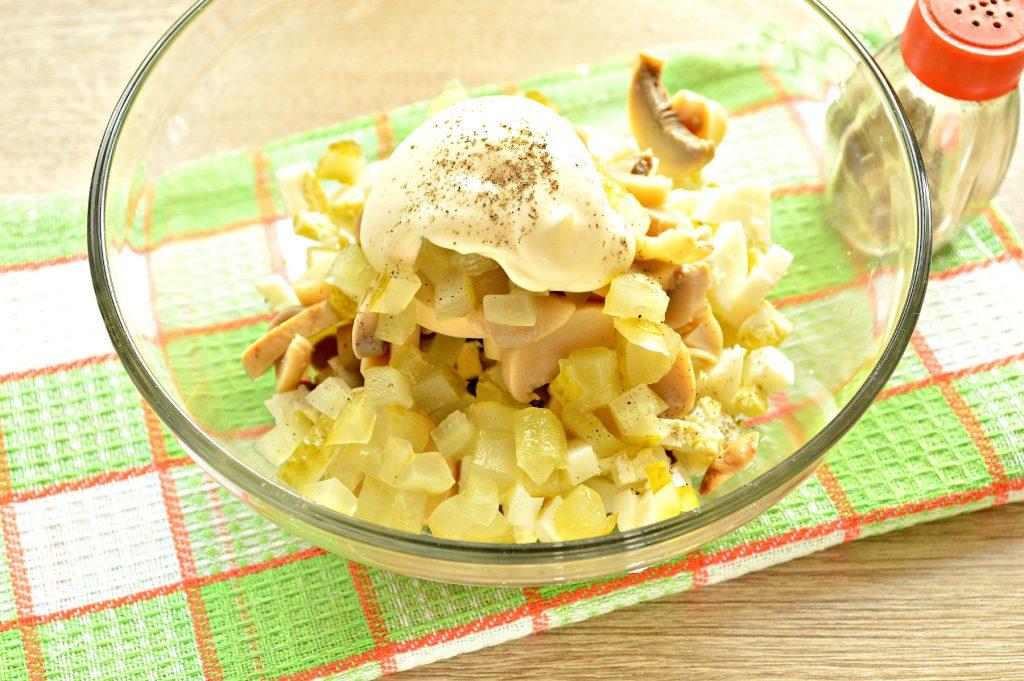 Фото рецепта - Простой картофельный салат с маринованными шампиньонами и горошком - шаг 6