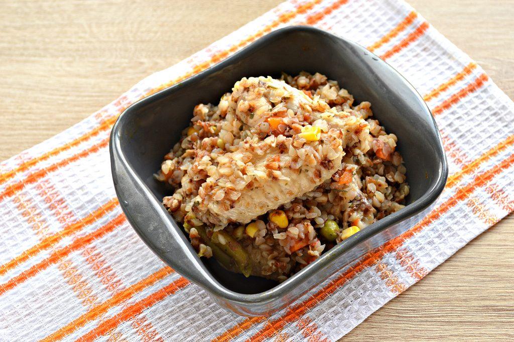 Фото рецепта - Куриные крылышки с гречкой и овощами - шаг 7