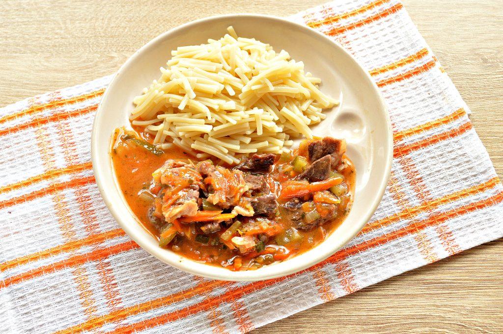 Фото рецепта - Подлива из говядины с соленым огурцом и овощами - шаг 7