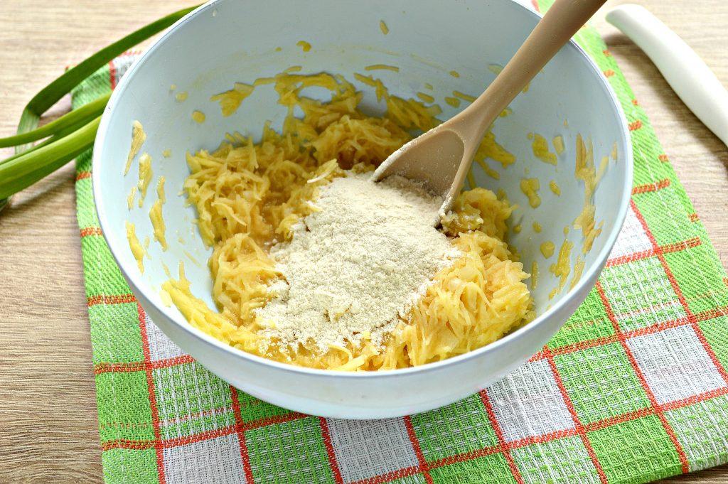 Фото рецепта - Картофельные драники с зеленью на сковороде - шаг 5