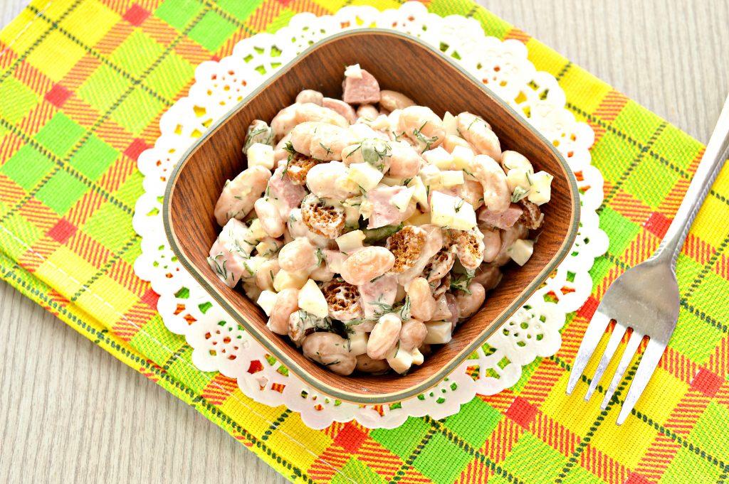 Фото рецепта - Салат с белой фасолью и сухариками - шаг 6