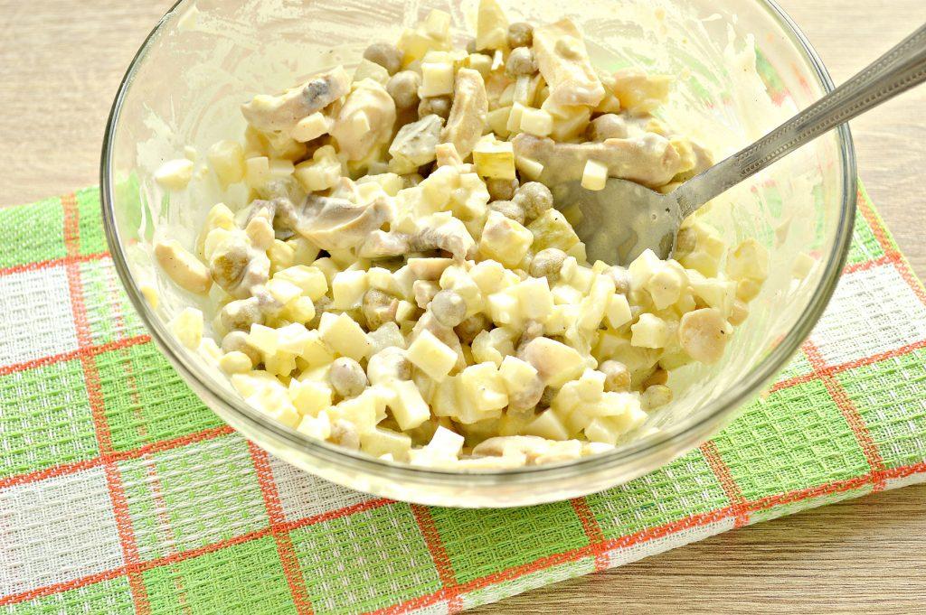 Фото рецепта - Простой картофельный салат с маринованными шампиньонами и горошком - шаг 7