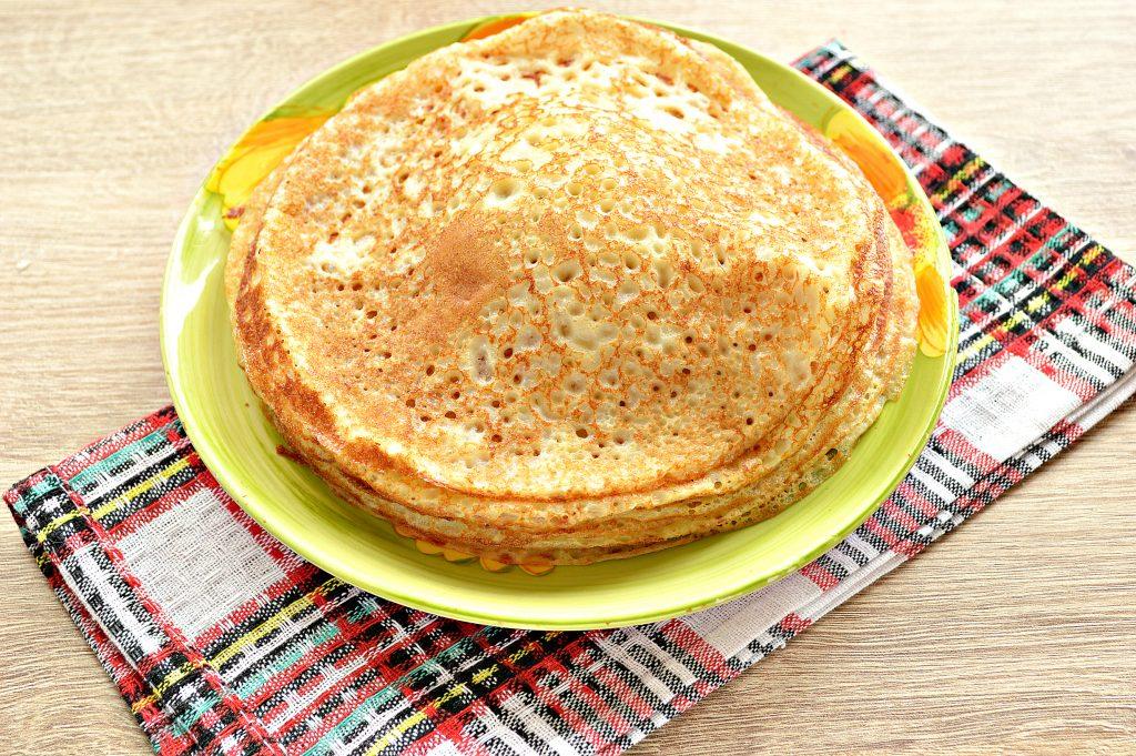 Фото рецепта - Бархатные блины на молоке с дырочками - шаг 8