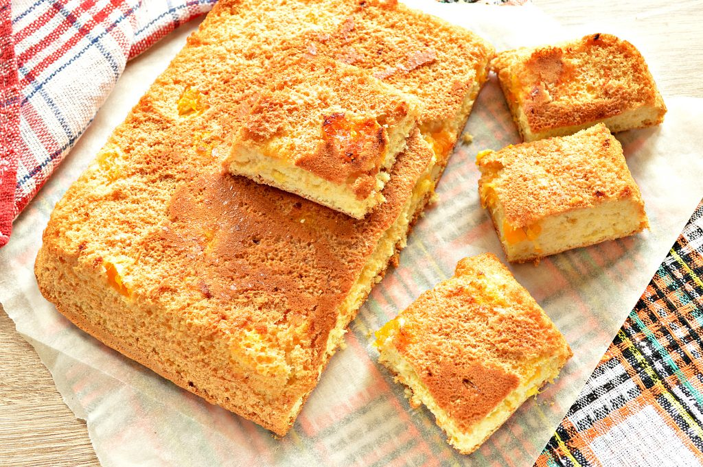 Фото рецепта - Быстрый бисквитный пирог с мандаринами - шаг 8