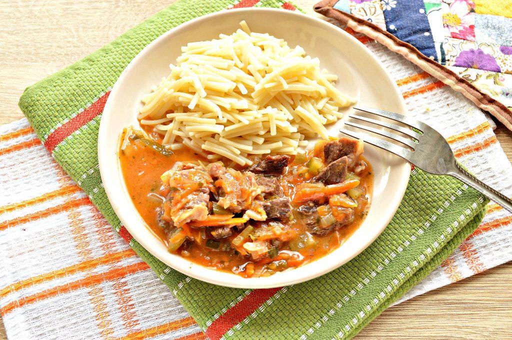 Фото рецепта - Подлива из говядины с соленым огурцом и овощами - шаг 8