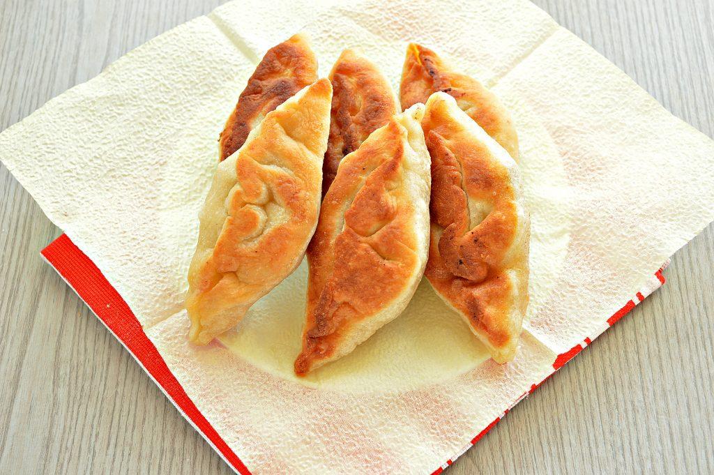 Фото рецепта - Дрожжевые пирожки с мясом на сковороде - шаг 8