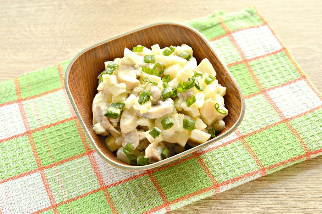 Фото рецепта - Простой картофельный салат с маринованными шампиньонами и горошком - шаг 8
