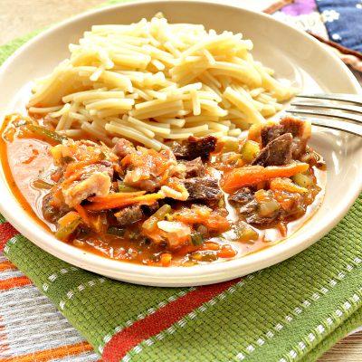 Подлива из говядины с соленым огурцом и овощами - рецепт с фото