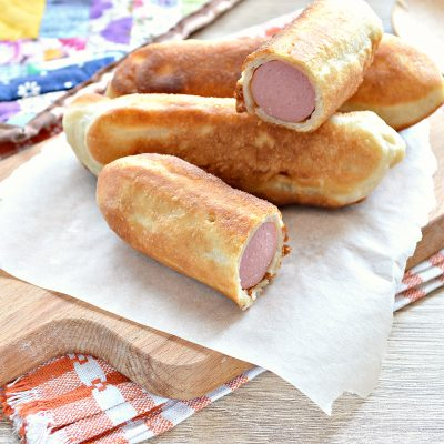 Сосиски в дрожжевом тесте, жаренные на сковороде - рецепт с фото