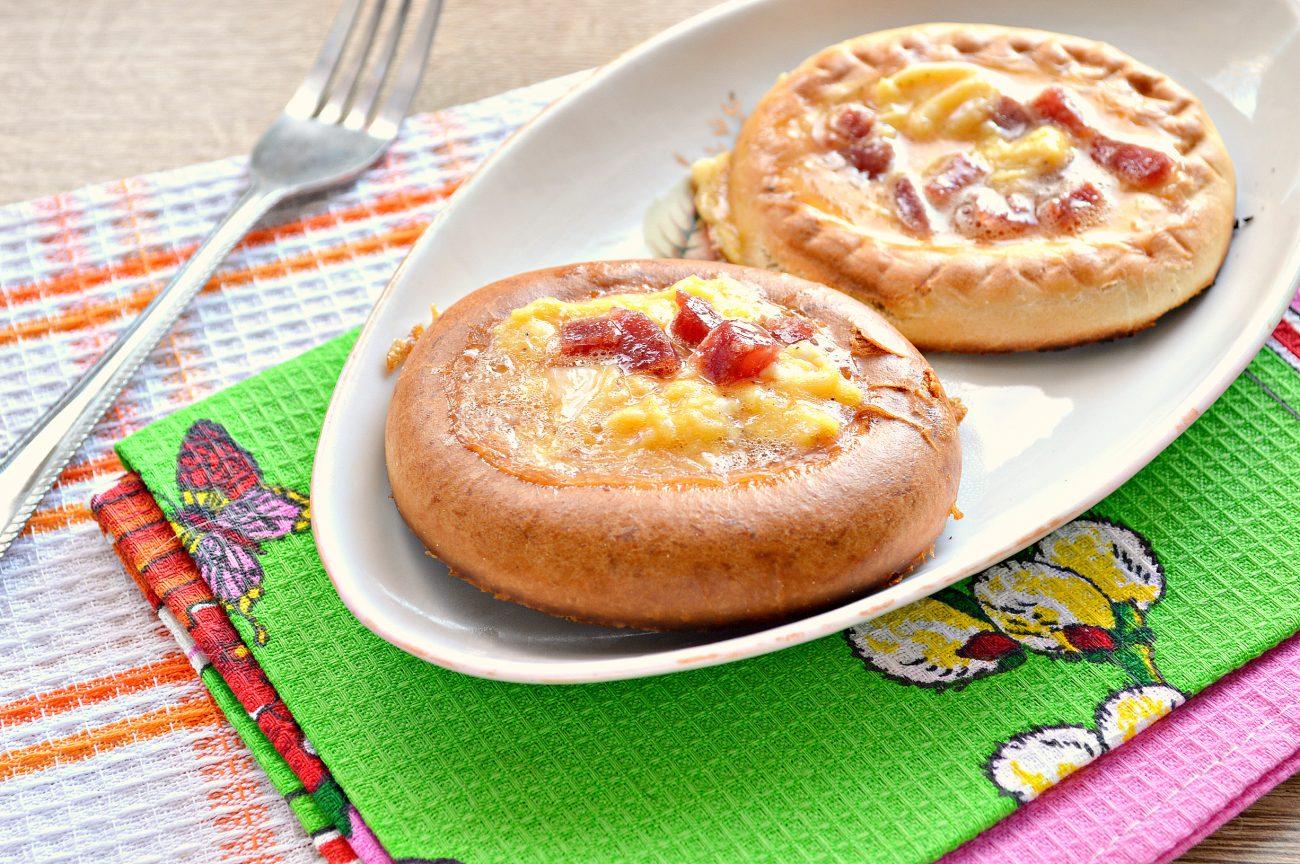 Яичница с сыром, колбасой, булочкой на сковороде - рецепт пошаговый с фото