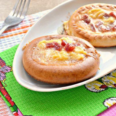 Яичница с колбасой в бублике - рецепт с фото